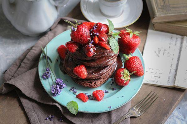 Vegane glutenfreie Schoko-Pancakes mit Erdbeeren