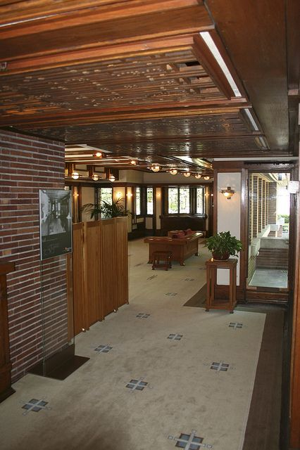 Frank Lloyd Wright - Robie House in Oak Park, IL - USA (1910) Designed and built between 1908-1910, the Robie House for client Frederick C. Robie and his family was one of Wright's earlier projects. Influenced by the flat, expanisve prairie landscap We love a great roof design!