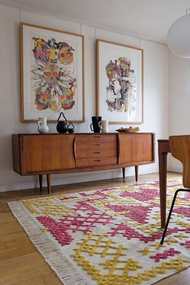 Taulujen kiinnitys on siisti ja hyvä tapa tässä kuvassa.   mid century danish - Parker sideboard with two amazing framed prints