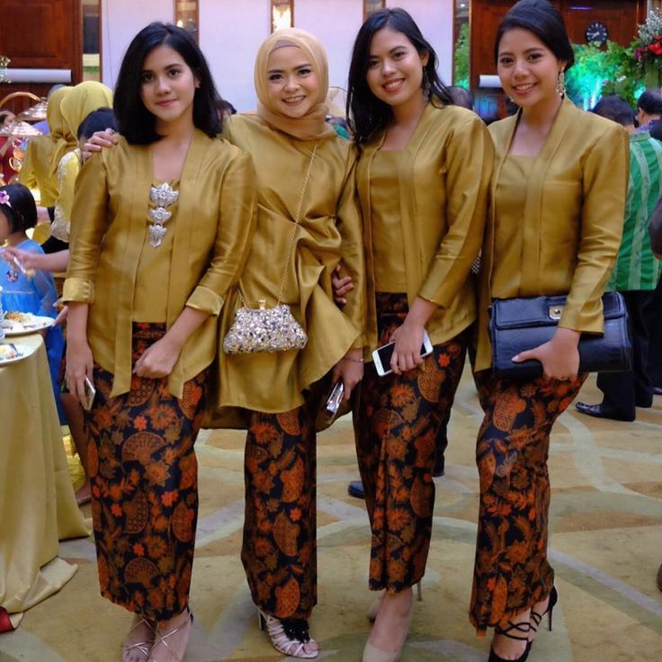 Model Kebaya Kutubaru Polos Rok Batik Solo