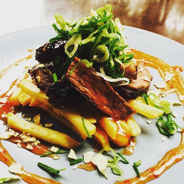 今週(4/10〜4/16)の ランチメニュー 🍗今週のお肉ランチ 980 牛肩ロースのステーキ スパイシーチリソース 🍝週替わりパスタランチ A.850 新玉ねぎとツナの ペペロンチーノ  B.980 豚バラとキャベツの 煮込みソースパスタ マスカルポーネチーズ風味 🍕週替わりピッツァランチ A.850 ピッツア マルゲリータ  B.980 ベーコンとそら豆の 明太子クリームピッツア  ローストビーフ丼 980  サラダ&ドリンクバー +¥380(120分) ○カウンターの上の おかず、サラダ取り放題 スープ、ドリンク飲み放題!  #サラダバー  #お店貸切 も受付中 #女子会 #パーティ #飲み会  #歓送迎会 #同窓会 など 絶賛予約受付中 #LINEは@lapentora4654で検索 #今福鶴見  #城東区  #大阪ランチ  #肉  #ステーキ  #ピッツェリア  #ピザ #肉ランチ  #ローストビーフ丼  #ジャンボ公園  #steak  #beef  #pizzeria