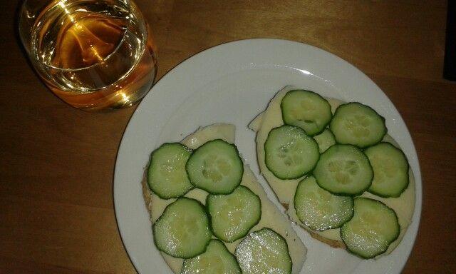 Sämpylää ja päärynämehua