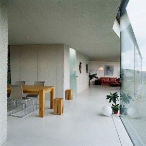Украшения: Эксклюзивная современная Тропический Home Design вдохновляющие стеклянные стены концепция и применение - просторный белый дом Гостиная дизайн с огромным стеклянным Стены и белыми полами также открытого плана Жилая площадь среднего Дизайн версия