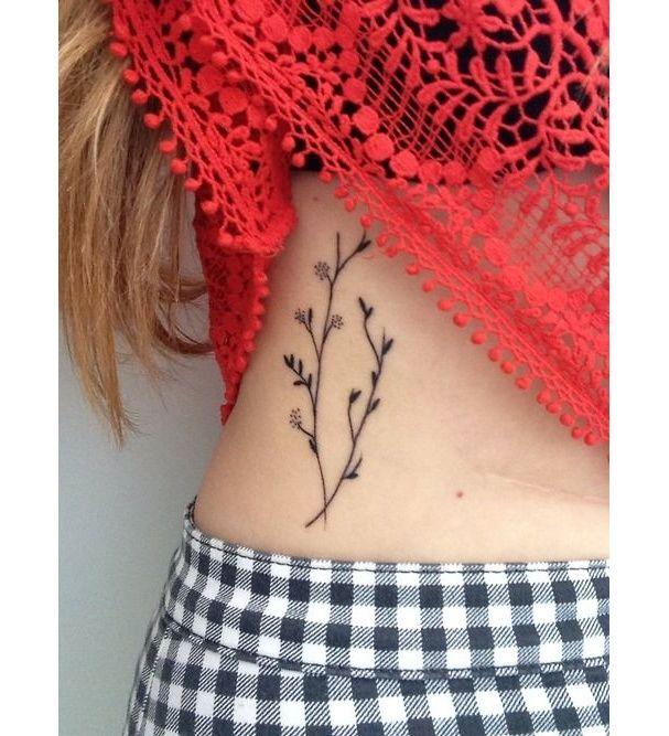 Une branche fleurie sur la hanche