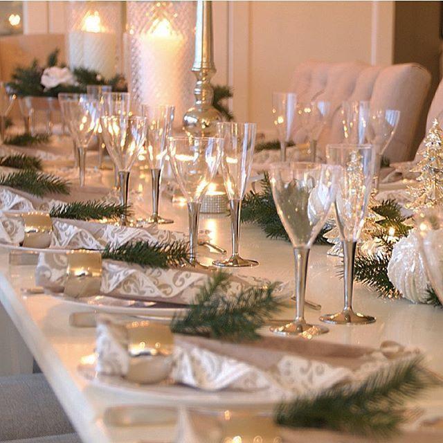 ✨✨I dag blir vi hele 20 gode venner som setter oss til bords her i huset. Bordet er dekket og det er duket for årets siste fest✨✨ Måtte dere alle ha en fantastisk fin feiring og en kjempefin start på året som kommer Godt nyttår Legg meg gjerne til på snapchat om du ønsker ☺️ Ellemor30.