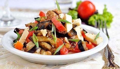 Вкусный салат с баклажанами и сыром