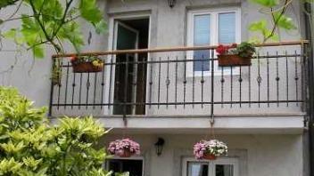 Klimatizirani apartmaji nudijo namestitve, opremljeni so sodobno in lepo. Za več podatkov kliknite na spletno povezavo www.viaSlovenija.com in potem apartmaji -> Koper.