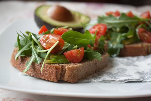 Tosty z awokado, rukolą i pomidorkami (dieta wegańska)