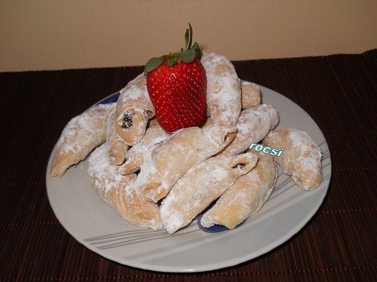 Retete culinare : Cornulete cu nuca de post, Reteta postata de rocsi_1612 in categoria Prajituri