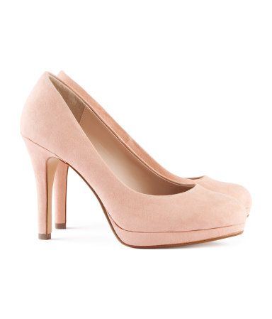 The perfect little pump. I love the powder pink color. Such a great neutral yet has a little but more interest than just nude.