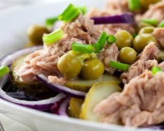 Salade de pommes de terre au thon, haricots verts et petits pois