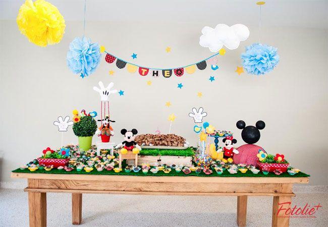Mesa rustica com gramado artificial, bem o clima da  Casa do Mickey Mouse.