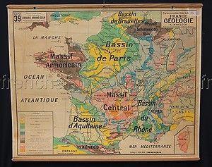 A l'école primaire, ce type de carte de géographie était accroché au mur de la classe; les enfants l'avaient sous les yeux toute l'année !