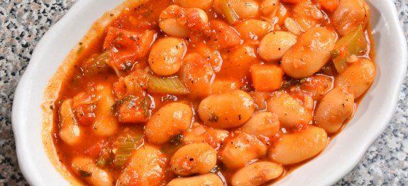 Μια πολύ νόστιμη συνταγή για φασολάδα με γίγαντες για να σερβίρεις το μεσημέρι.