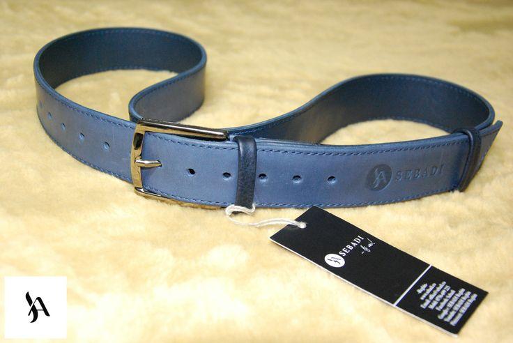 Curea din piele naturala 5 -bleumarin -captusita cu pile bleumarin -catarama metalica argintie -doua inele din piele -cusuta cu ata bleumarin -dimensiuni: L=90-125cm l=3,5cm   PRET: 125 lei