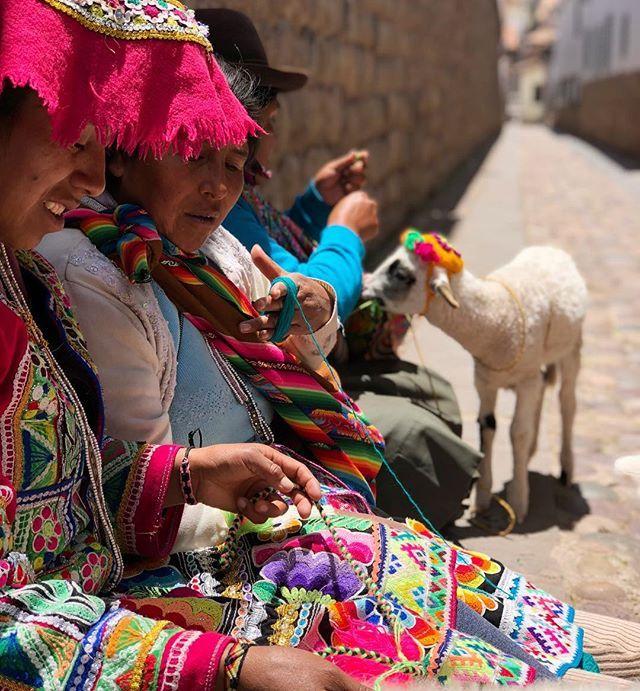 Hola Cusco! Una ciudad hermosa! Me volví loca con los espejos y las mantas! Caminamos un montón a pesar de la falta de aire   Les comparto un poco de mi mañana en stories!  . . . . . #cusco #peru #travel #lovetravel #travelwithkids