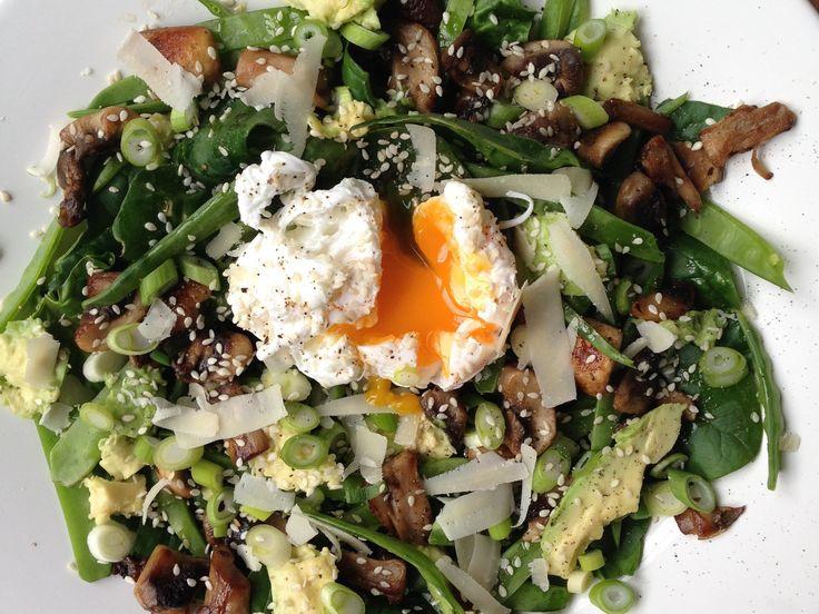 Sallad med avokado, svamp, salladslök, parmesan och pocherat ägg | Recept från Köket.se