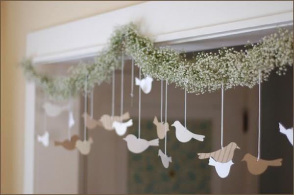 une guirlande de fleurs et des oiseaux de papiers ou des oeufs ou ce qu'on veut