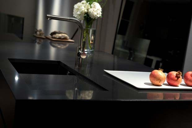 Keukens zijn net als meubels onderhevig aan trends. In de jaren 80 zagen we vooral de bruine kleuren veel terug. Ook groen was een veel voorkomende kleur. Vanaf de jaren 90 werden de keukeninrichtingen lichter van kleur. Geel of wit was toen erg gebruikelijk. De lichte kleuren bleven lang een...