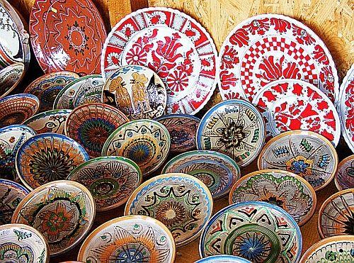 Horezu, sau satul Hurez, dupa cum era mentionat intr-un hristov din 1847, cu numele provenind de la bufnitele ce populeaza padurile din apropiere, este un simbol reprezentativ pentru cultura romaneasca, prin arta olaritului si celebrul motiv cocosul de Hurez.