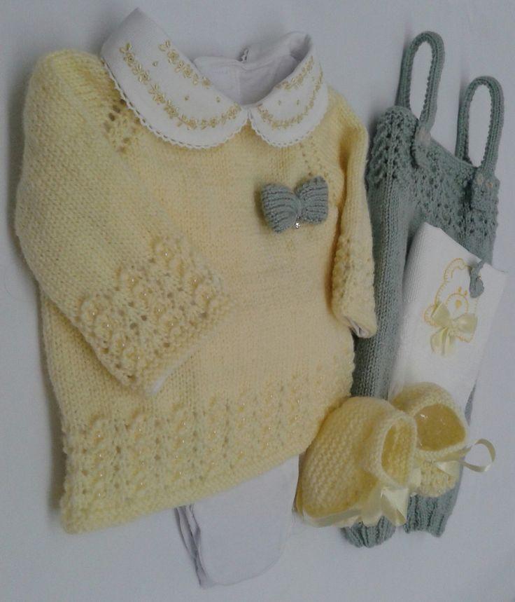 Conjunto em trico a mão, feito em lã para bebê, contendo, casaquinho com body bordado a mão, calça mijão, jardineira em trico, sapatinho e toalhinha de boca, faço em outras cores!