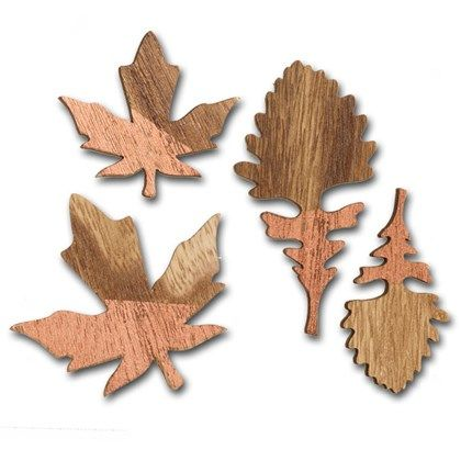 Dekorationer av trä i form av olika löv.