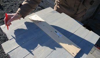 Aftekenen van het wandpaneel model op steigerplanken.