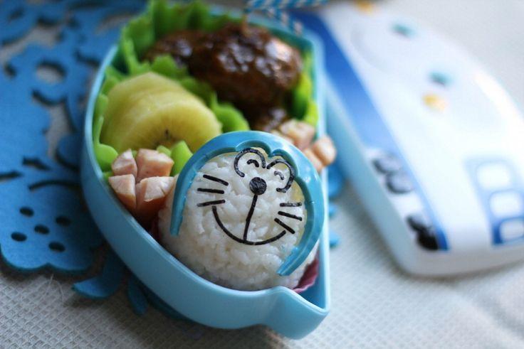Li Ming è una mamma di Singapore che ama trasformare i pasti dei suoi bambini a scuola in un momento di gioco e divertimento 'disegnando' con il cibo. E così il riso assume i contorni di un volto, le fette di un würstel diventano il corpo di un maiale: da Super Mario a Doraemon, c