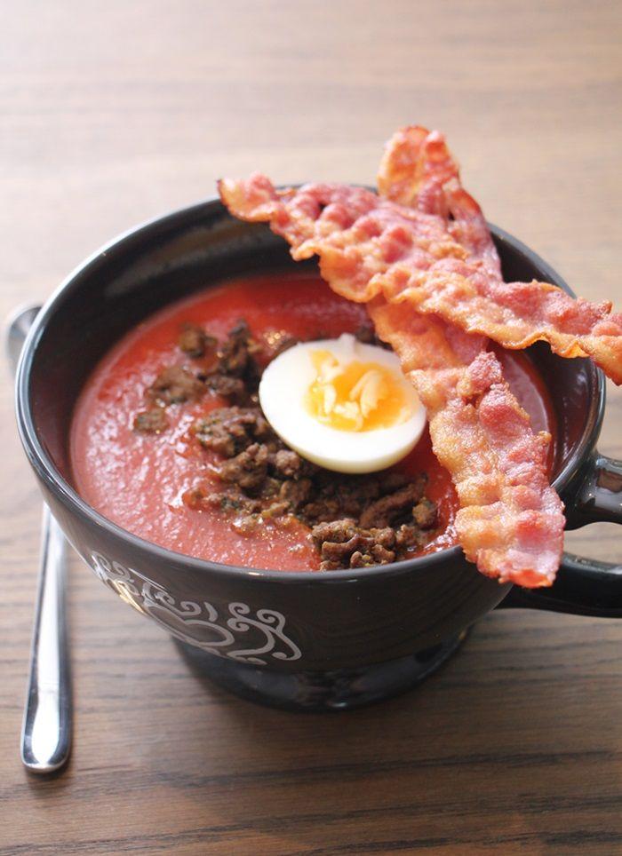 Tomatsuppe med egg og bacon
