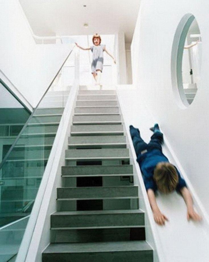 Des escaliers modernes et familiaux avec un toboggan