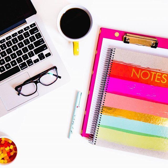 Feierabend! Und bei euch so? #officedays #office #homeoffice #desktop #styling #desk #feierabend #notes #laptop #happymonday #officestyle #coffee #check