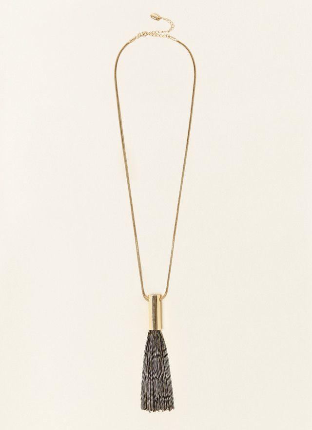 Collar largo de cadena fina con borla bicolor y pieza geométrica de latón dorado en la parte central. Cierre de mosquetón regulable con logo grabado.
