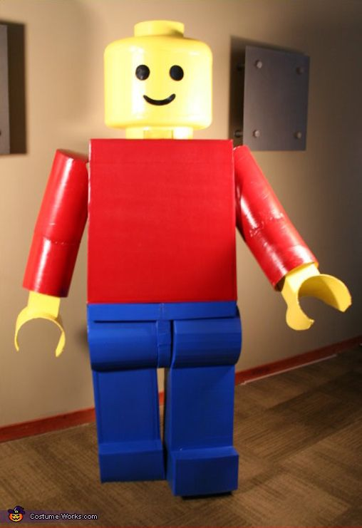 Mac: Here is a 7 ft tall( and as close to scale as possible) Classic Lego Man as created by Mac. Mac says that he made the man mostly from cardboard,...