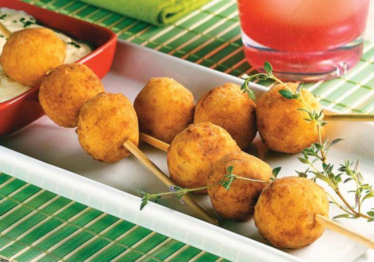 Os espetinhos de bolinha de batata são deliciosos. Dica: Você pode também servir as bolinhas com maionese. Tome nota desta receita charmosa