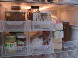 引き出せる収納ケースを利用 : 身近なグッズを使った冷蔵庫の収納アイデア画像集 - NAVER まとめ
