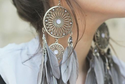 Awesome boho feather earrings. Love the design. #fashion #jewelry #bohemian #feathers #grey