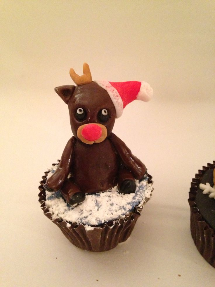 Rudolph in the snow figurine Christmas cupcakes