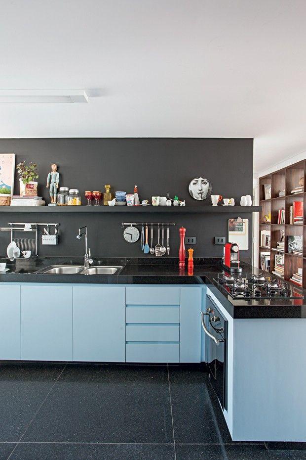 Cozinha | A mistura elegante de preto fosco da Suvinil e laminado azul Íris, da Formica, esquentam de forma original o espaço. Na prateleira, prato Fornasetti e, à esq., xícaras do Estudio Manus