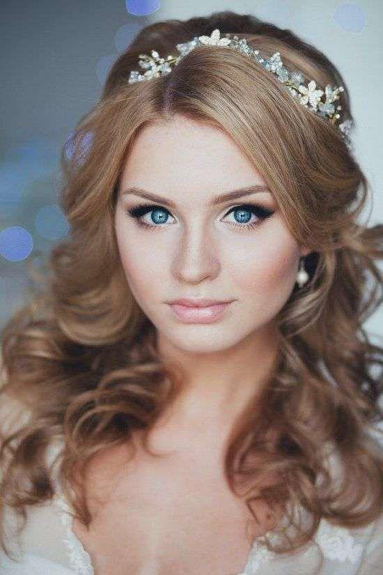 Idee acconciature da sposa con la tiara - Capelli a boccoli con tiara