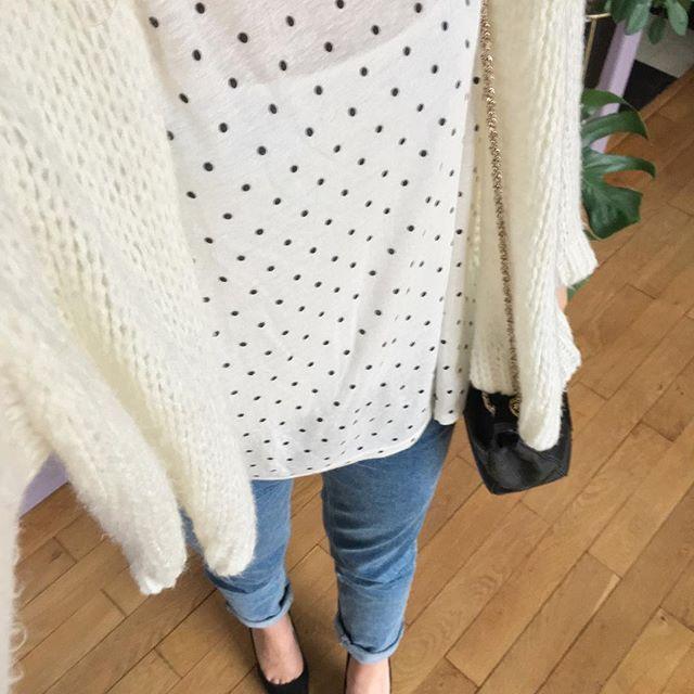 """Hier j'ai ressorti les escarpins pour le soleil et mon t-shirt """"lundi au soleil"""" mais aujourd'hui c'est plutôt bottines pour le retour de la pluie et du mauvais temps 🙁. . . #zoom #look #gilet #prettywireshop #tshirt #maje #soldes #denim #mango #escarpins #zara #sac #bag #sezane #sezaneaddict #fashion #fashiondiaries #fashiondiary #style #styles #instalook #instafashion"""