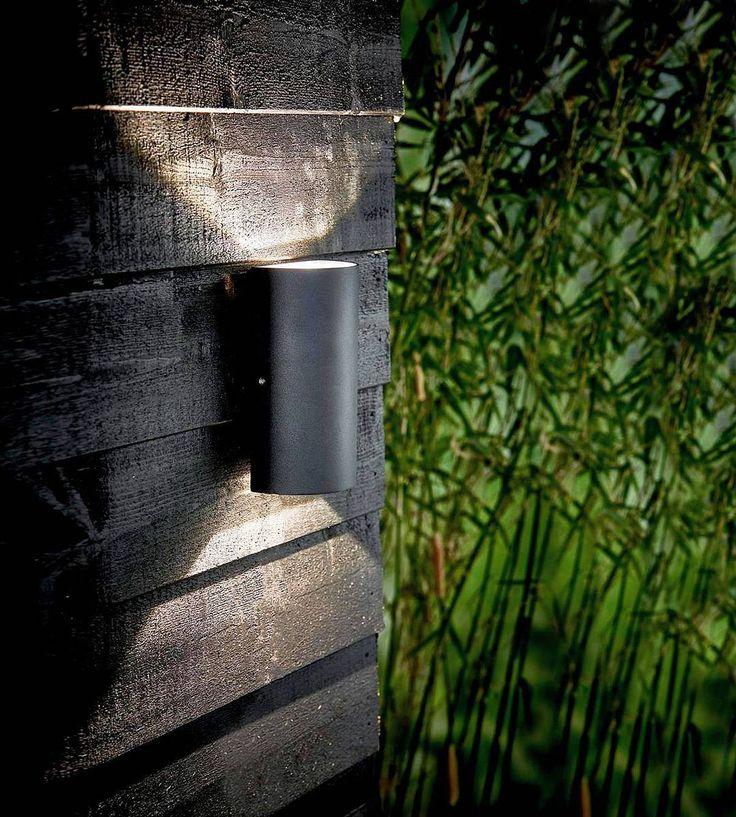 u t e b e l y s n i n g  . . . Opp og ned bare ned bare opp punktbelysning områdebelysning galvanisert lakkert overflate design - det er mye å tenke på når du skal velge belysning utendørs enten det er hjemme eller på hytta. I nettbutikken vår finner du noe som tilfredstiller alle krav og designstiler enten du jakter på noe elegant og klassisk eller stramt og moderne - eller gjerne en mellomting? Det er opp til DEG!! ___  #lightupno