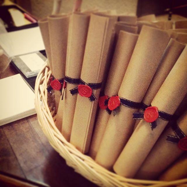 巻物タイプの席次表! シーリングスタンプや葉っぱをつけるとオシャレ度UP♪ #東京 #レストラン #ロアラブッシュ #アンティーク#クラシック #フランス料理 #洋館 #一軒家レストラン #結婚式 #披露宴 #ウエディング #席次表 #tokyo #restaurant #wedding #aoyama #omotesando #antique #classical #leaualabouche #gourmet #weddingdetails