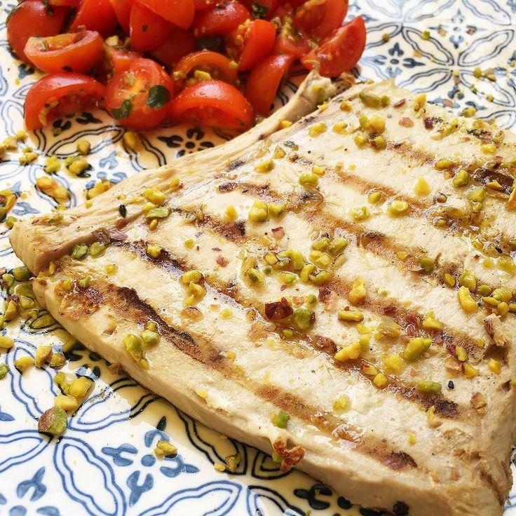 #r Un po' di Sicilia.. . #food #foodblogger #foodporn #fish #tuna #tomato #texture #palette #sicily #color #lunch #picoftheday #bestmoments #naturelovers #fresh #dish #mondaymotivation #goodlife #goodtaste