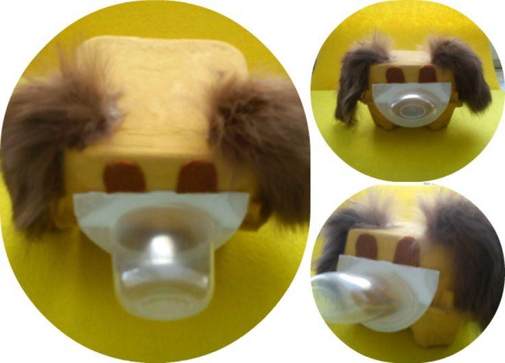 Stworek : Dzisiaj prezentujemy stworka Kasi. Powstał on jak to większość naszych prac prawie z niczego i bardzo szybko. Materiały: -tekturowe pudełko po jajkach, -pojemnik po jogurcie, -farby, -klej, -włochaty materiał,filc -nożyczki. Pokaz slajdów Zaczynamy: -malujemy,pudełko po jajkach, -przyklejamy do pudełka pojemnik po jogurcie, -z włochatego materiału wycinamy uszy,a z filcu oczy -przyklejamy i gotowe