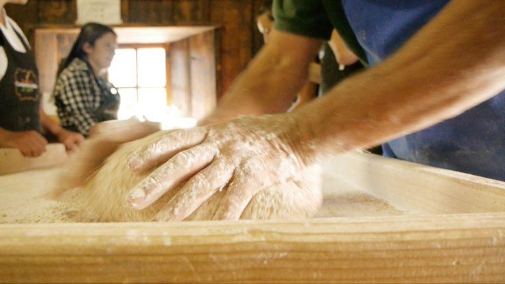 La preparazione del #pane a Saint-Rhémy-en-Bosses. Un'antica arte tramandata di generazione in generazione.