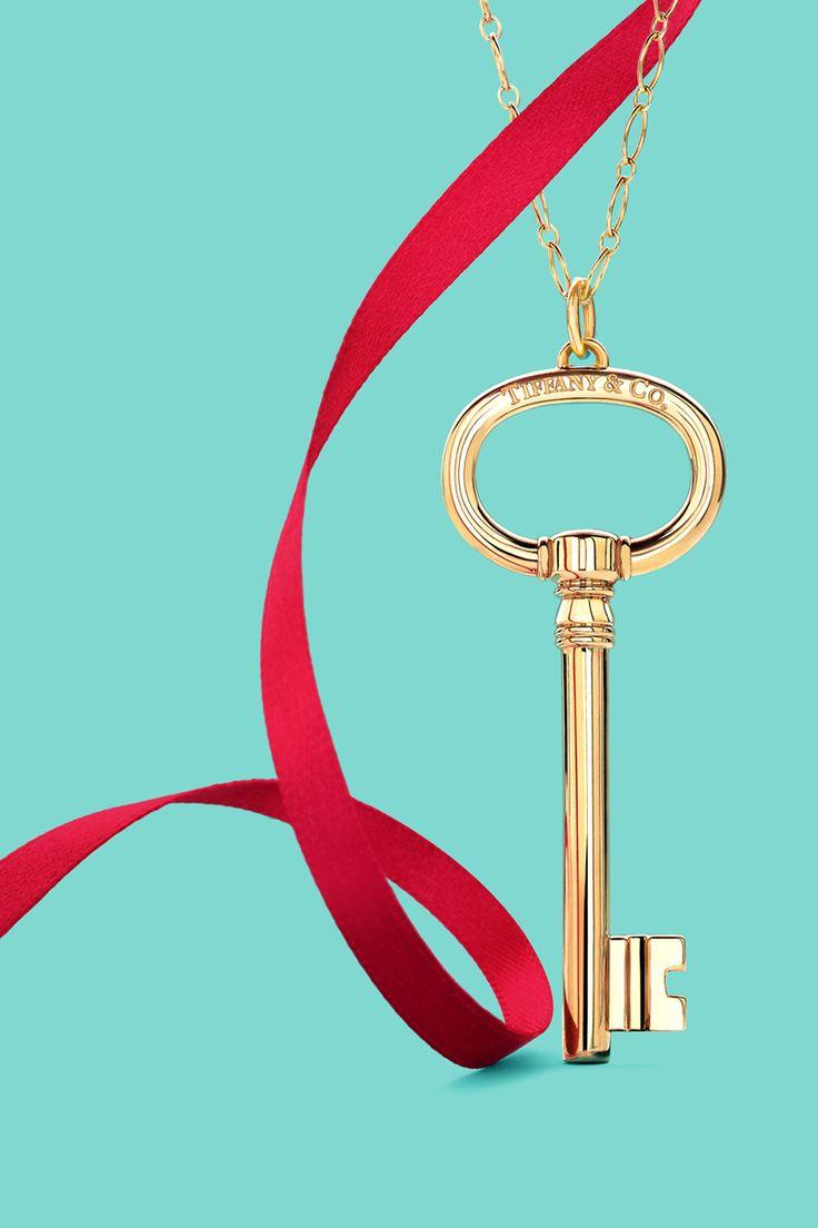 Tiffany Keys oval key pendant in 18k gold.