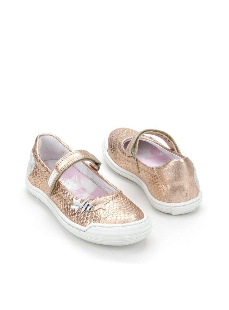 Develab ballerina  Description: Develab ballerina's in het metallic roze. Deze meisjesschoenen zijn gemaakt van leer en hebben een kunststof zool. De schoenen zijn voorzien van een klittenbandsluiting.  Price: 53.95  Meer informatie