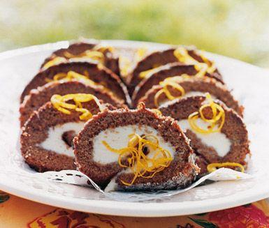 Ett enkelt och gott recept på prima chokladrulltårta med citronkräm. Du gör en botten av ägg, socker, potatismjöl, kakao och bakpulver och breder sedan på en underbar kräm av färskost, kesella, florsocker och citron. Gott till kalas eller fika.