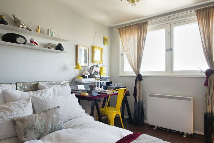 Appartement à Londres, Royaume-Uni. Clean contemporary old & the colorful decorated room, situated in vintage 16 floor building. The shower pressure isn't great, some neigbours are not too tidy but we love the views of London. Near Portobello, 25 mins from Camden & City Center .  My...