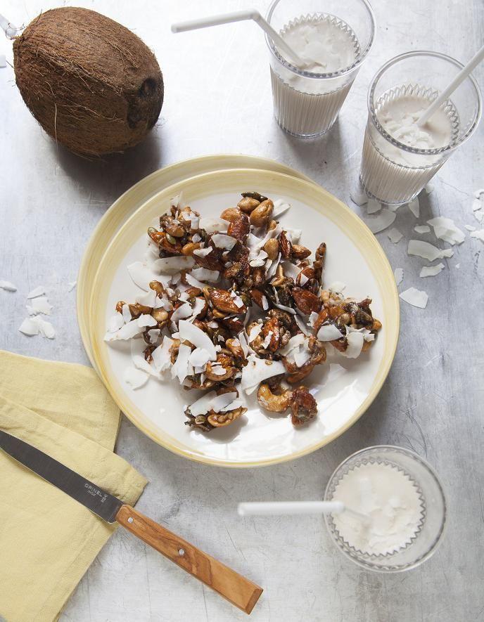 Recette Smoothie coco, mixed nuts : Préparez le smoothie. Mixez les yaourts avec le lait de coco, les bananes, la noix de coco râpée et le sucre de coco. Versez dans les verres, parsemez de copeaux de noix de coco. Préparez les mixed nuts. Faites chauffer dans une casserole 2 cl d'eau avec la ...
